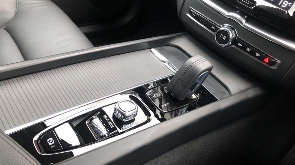 Volvo XC60 B4D Mild Hybrid Momentum Pro AWD Auto, Family & Convenience Packs, Smartphone, Heated Screen image 28