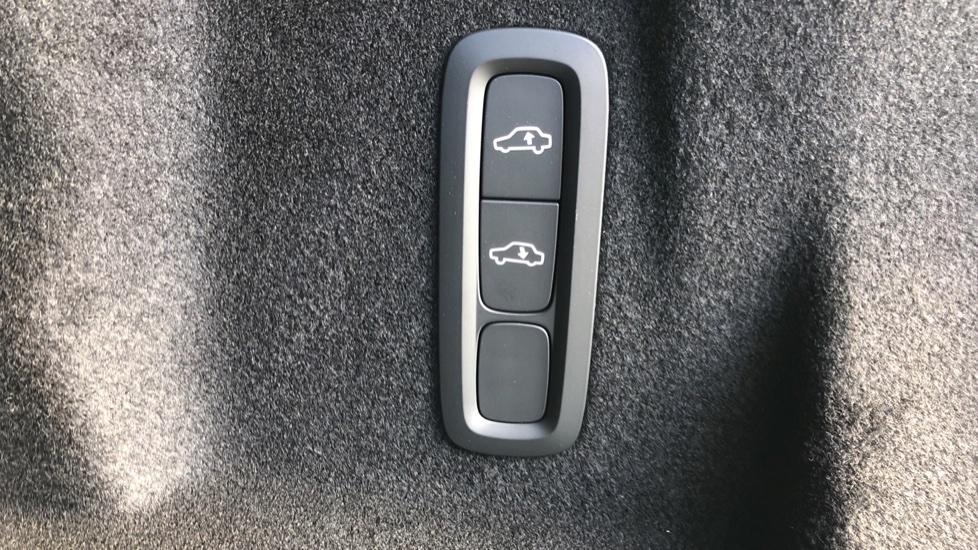 Volvo XC60 B4D Mild Hybrid R Design Pro AWD Auto, Nav, Lounge, Climate & Driver Assist Packs, Sunroof, BLIS image 32