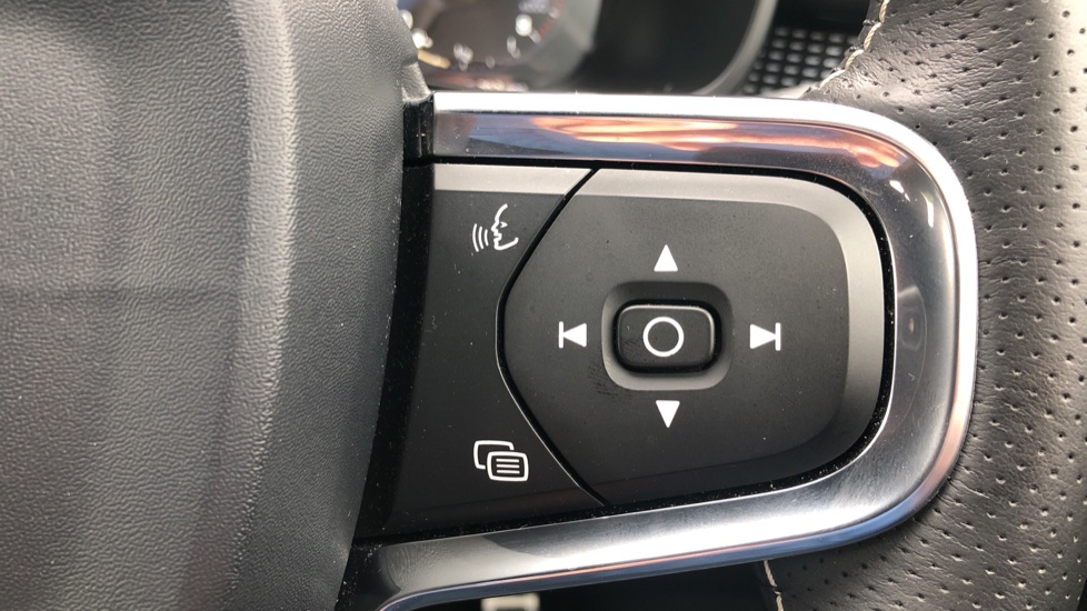 Volvo XC40 T5 R Design Pro AWD Auto, Keyless Drive, Active Bending LED Lights, Nav Pro, DAB, Styling Kit image 13