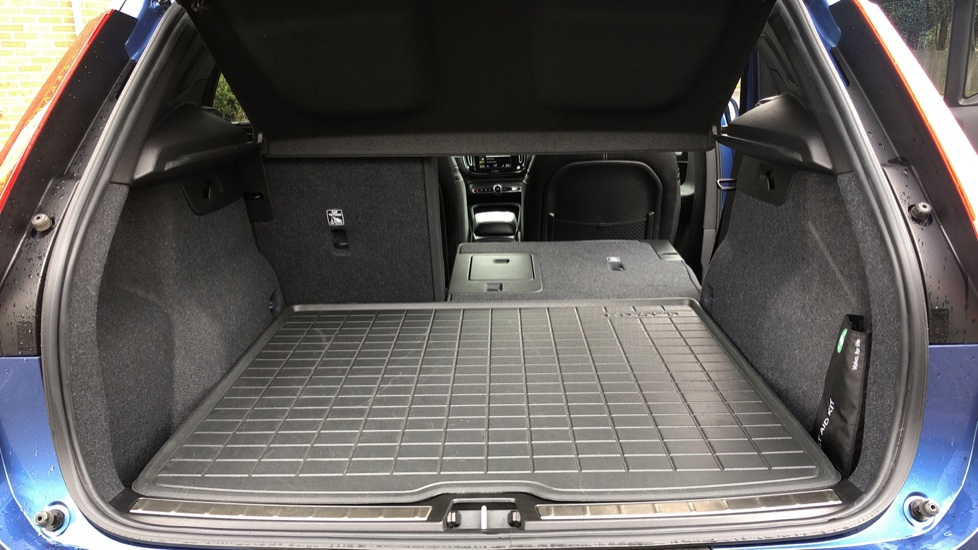 Volvo XC40 T5 R Design Pro AWD Auto, Keyless Drive, Active Bending LED Lights, Nav Pro, DAB, Styling Kit image 31