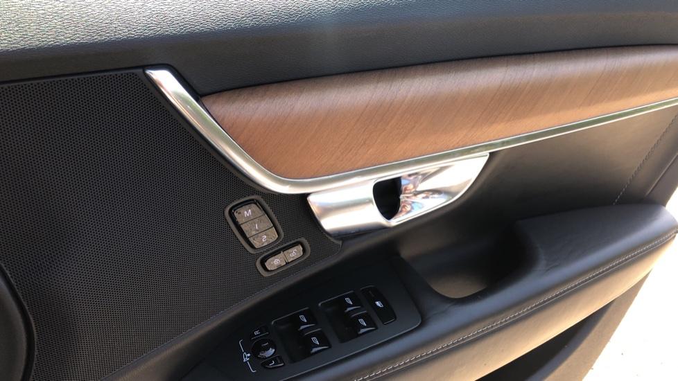 Volvo V90 D5 PwrPulse Inscription AWD AT, Winter Pk, HUD, RCam, 4Zone AC, SPhone Int, Active Lights, Tints. image 24