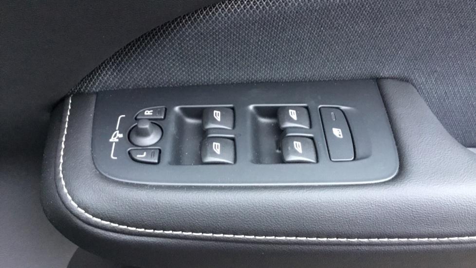 Volvo V60 2.0 D3 R DESIGN 5dr - Volvo on Call, DAB Radio, SAT NAV, Park Assist image 17