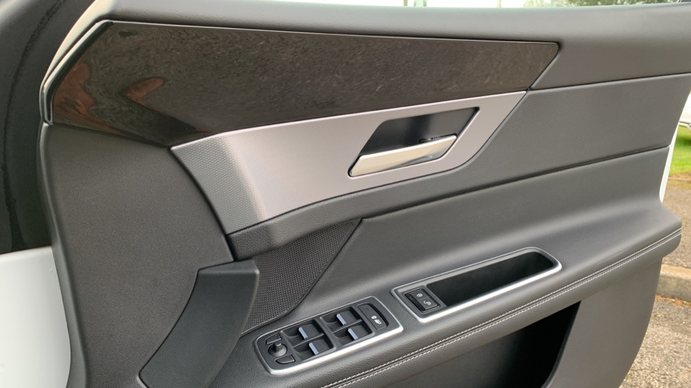 Jaguar XF 2.0d [180] R-Sport with Sat Nav and Rear Parking Camera image 15