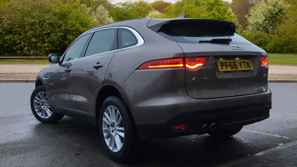 Jaguar F-PACE 2.0d Portfolio 5dr AWD w. Sat Nav, Panoramic Roof and Rear Parking Camera image 2 thumbnail