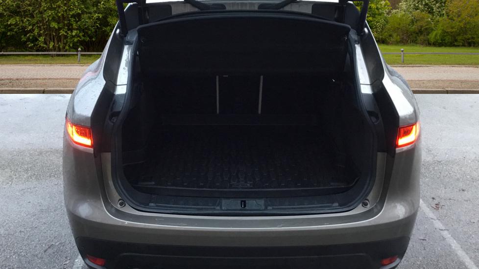 Jaguar F-PACE 2.0d Portfolio 5dr AWD w. Sat Nav, Panoramic Roof and Rear Parking Camera image 8