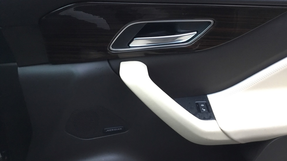 Jaguar F-PACE 2.0d Portfolio 5dr AWD w. Sat Nav, Panoramic Roof and Rear Parking Camera image 16