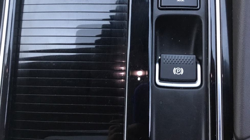 Jaguar F-PACE 2.0d Portfolio 5dr AWD w. Sat Nav, Panoramic Roof and Rear Parking Camera image 24