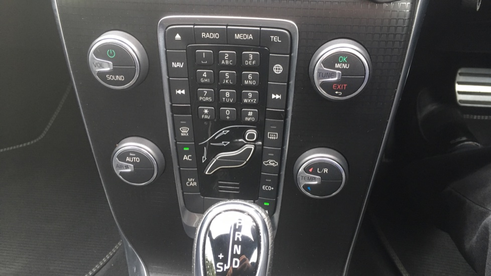 Volvo V40 T3 [152] R DESIGN Edition Geartronic - Gearshift Paddl;es, SAT NAV, DAB Radio image 22