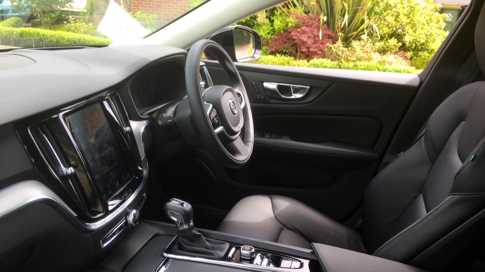 Volvo V60 2.0 T5 Momentum Pro with Power Drivers Seat, SAT NAV, Rear Park Assist image 3