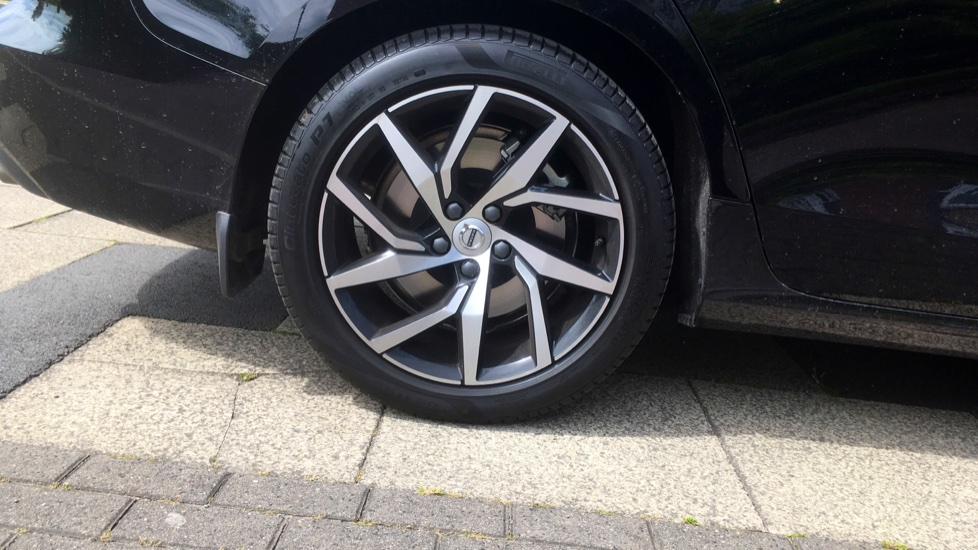 Volvo V60 2.0 T5 Momentum Pro with Power Drivers Seat, SAT NAV, Rear Park Assist image 5