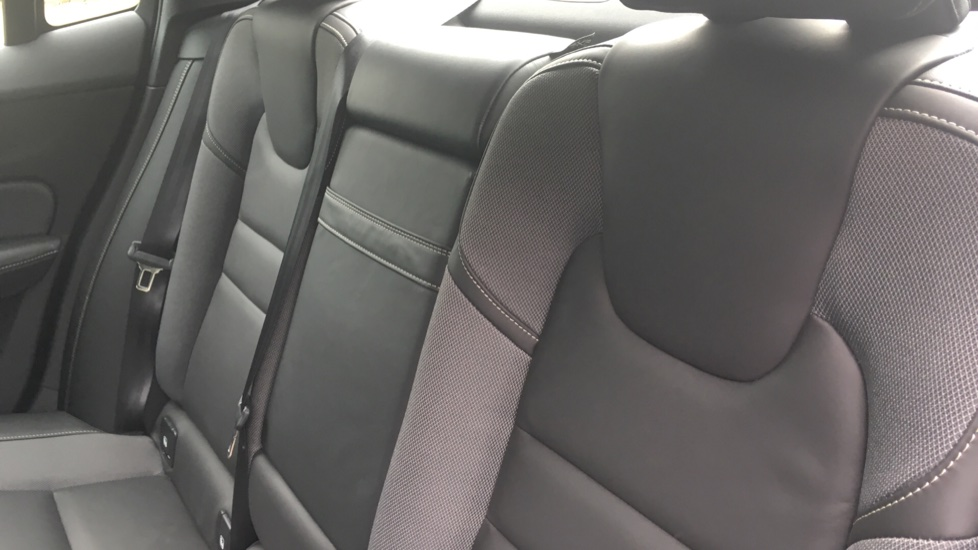 Volvo S60 2.0 T5 R DESIGN Edition - Panoramic Glass Roof and Volvo on Call image 10