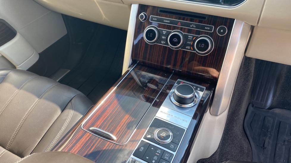 Land Rover Range Rover 3.0 TDV6 Vogue SE 4dr - Privacy glass, Meridian Surround Sound System, Rear Camera image 17