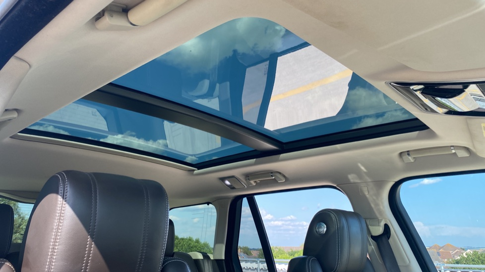 Land Rover Range Rover 3.0 TDV6 Vogue SE 4dr - Privacy glass, Meridian Surround Sound System, Rear Camera image 20