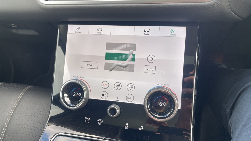 Land Rover Range Rover Velar 2.0 D240 HSE Electrically deployable tow bar Sliding panoramic roof image 30