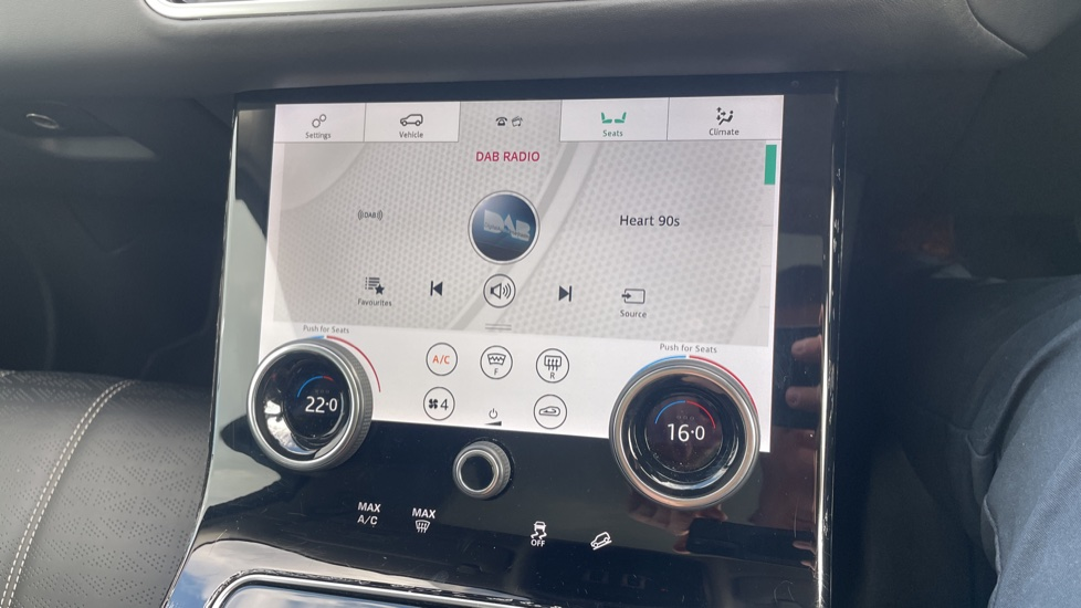 Land Rover Range Rover Velar 2.0 D240 HSE Electrically deployable tow bar Sliding panoramic roof image 33