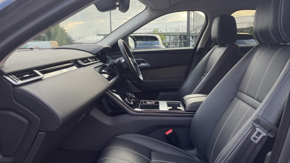 Land Rover Range Rover Velar 2.0 D240 SE Detachable tow bar Heated steering wheel image 3