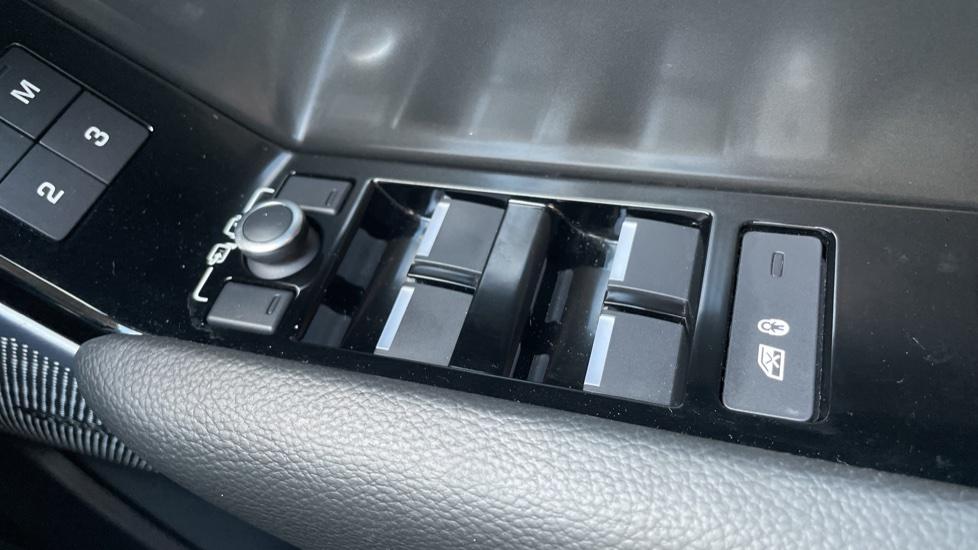 Land Rover Range Rover Velar 2.0 D240 SE Detachable tow bar Heated steering wheel image 13