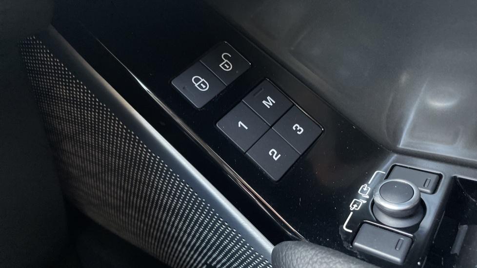 Land Rover Range Rover Velar 2.0 D240 SE Detachable tow bar Heated steering wheel image 14