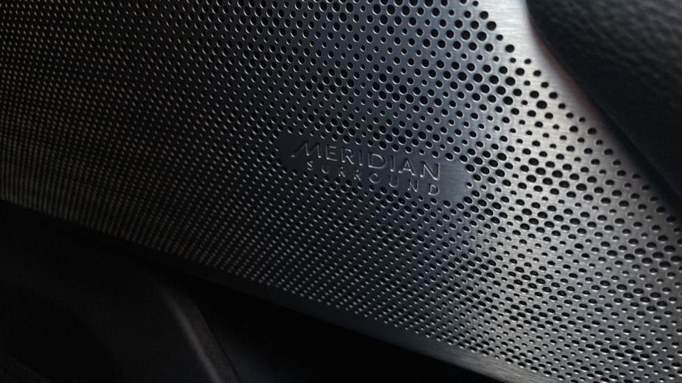 Land Rover Range Rover Velar 2.0 D240 SE Detachable tow bar Heated steering wheel image 15