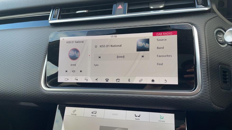 Land Rover Range Rover Velar 2.0 D240 SE Detachable tow bar Heated steering wheel image 23