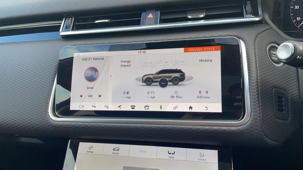 Land Rover Range Rover Velar 2.0 D240 SE Detachable tow bar Heated steering wheel image 26