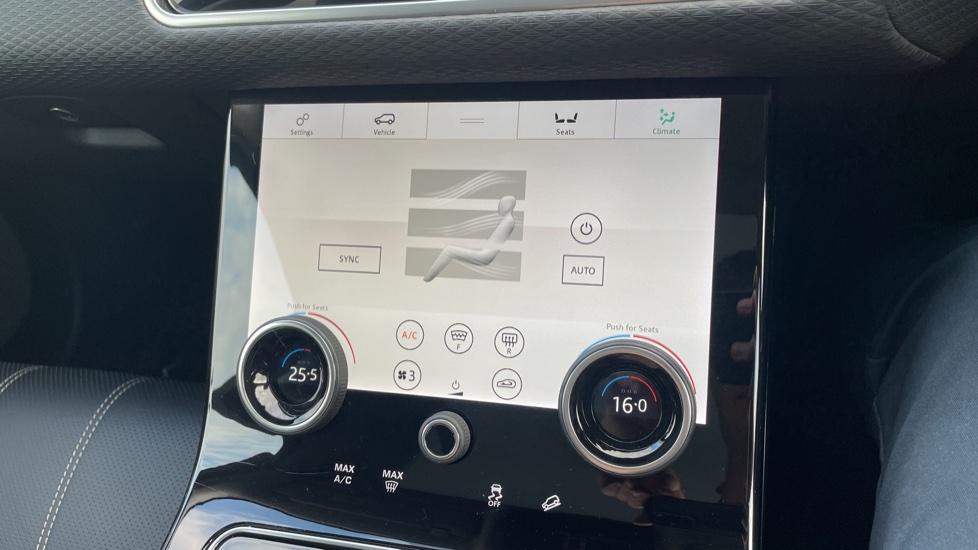 Land Rover Range Rover Velar 2.0 D240 SE Detachable tow bar Heated steering wheel image 29