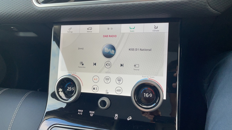 Land Rover Range Rover Velar 2.0 D240 SE Detachable tow bar Heated steering wheel image 31