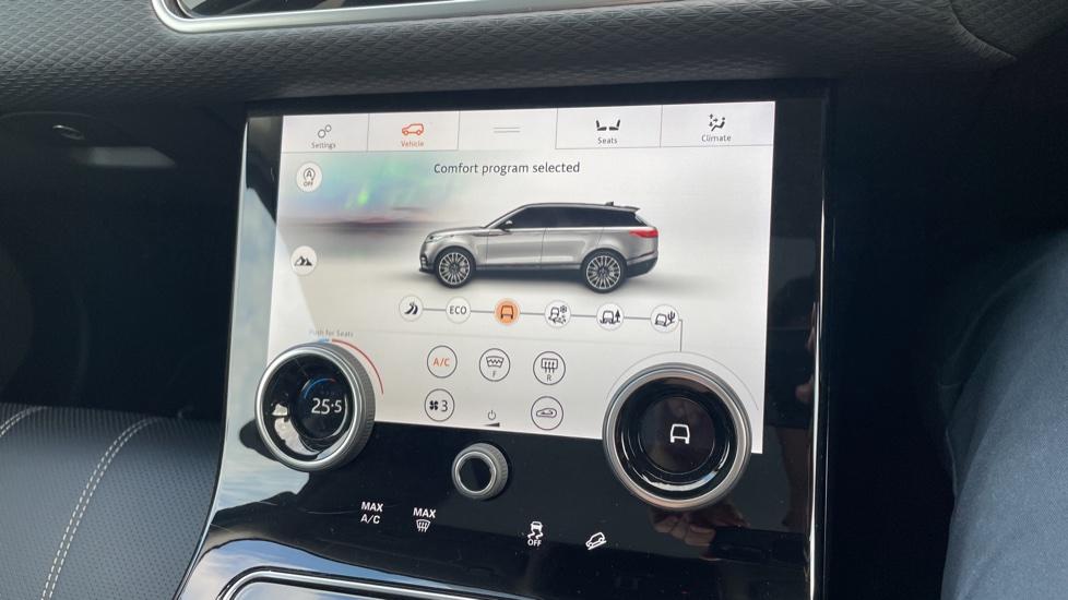 Land Rover Range Rover Velar 2.0 D240 SE Detachable tow bar Heated steering wheel image 32