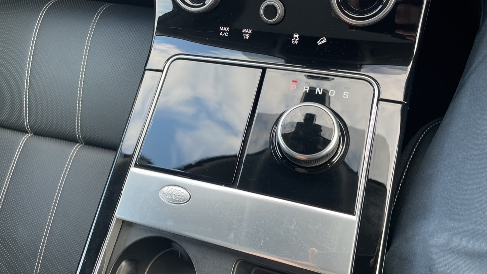 Land Rover Range Rover Velar 2.0 D240 SE Detachable tow bar Heated steering wheel image 33