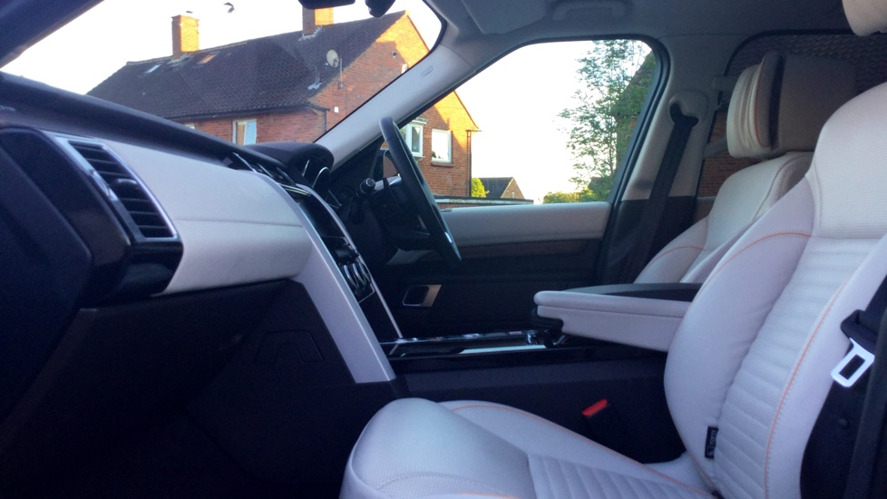 Land Rover Discovery 3.0 TD6 HSE Luxury 5dr image 3