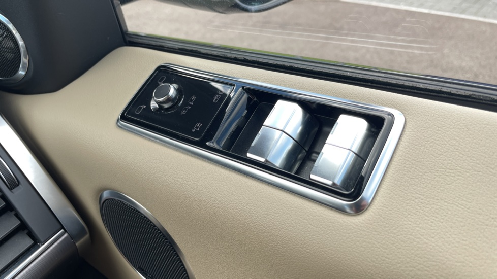 Land Rover Range Rover Sport 2.0 P400e HSE Fixed panoramic roof Meridian Surround Sound System image 13