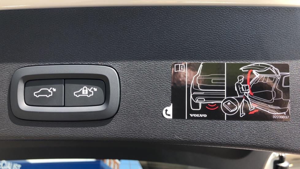 Volvo XC40 T5 AWD R Design Nav Auto with BLIS, Heated Screen, Keyless Entry, Rear Camera, Lava Carpets image 30