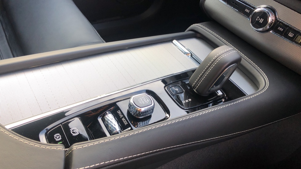 Volvo XC90 B5P Mild Hybrid R Design Pro AWD Auto, Lounge, Climate & Driver Assist Packs, Sunroof, B & W image 37