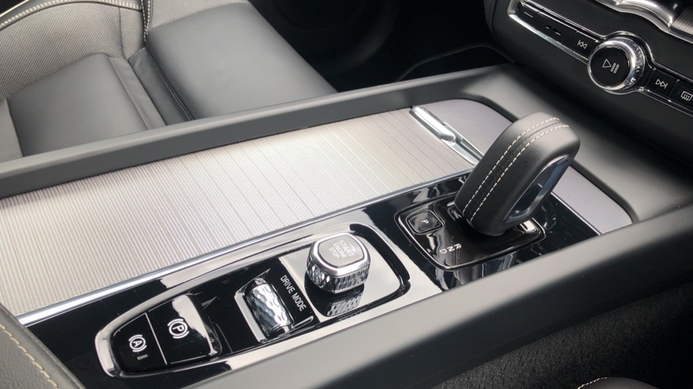 Volvo XC60 B4D Mild Hybrid R Design Nav  AWD Auto, Rear Camera, Parks Sensors, DAB Radio, Cruise Control image 17