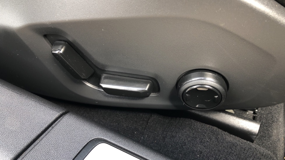 Volvo S90 D4 Momentum Nav Auto with Rear Cam, Adaptive Cruise Control, Lane Keeping Aid & Keyless Drive image 17