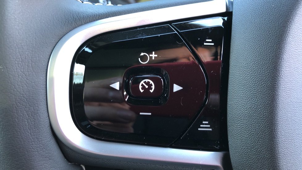 Volvo XC60 B5P Mild Hybrid R Design Pro Auto, Lounge Pack, Sunroof, 360 Camera, Wireless Phone Charging image 12