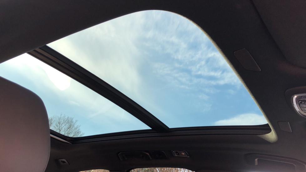 Volvo XC60 B5P Mild Hybrid R Design Pro Auto, Lounge Pack, Sunroof, 360 Camera, Wireless Phone Charging image 14