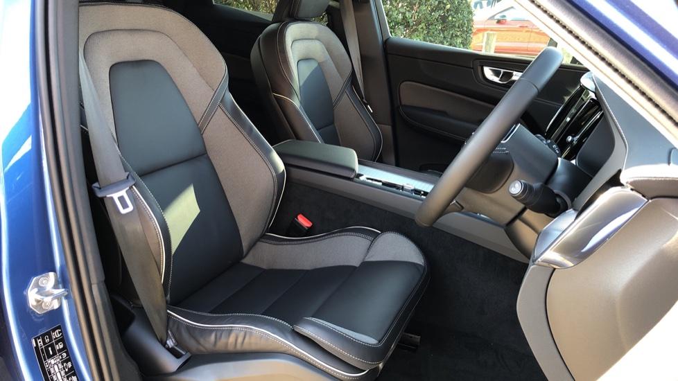 Volvo XC60 B5P Mild Hybrid R Design Pro Auto, Lounge Pack, Sunroof, 360 Camera, Wireless Phone Charging image 16