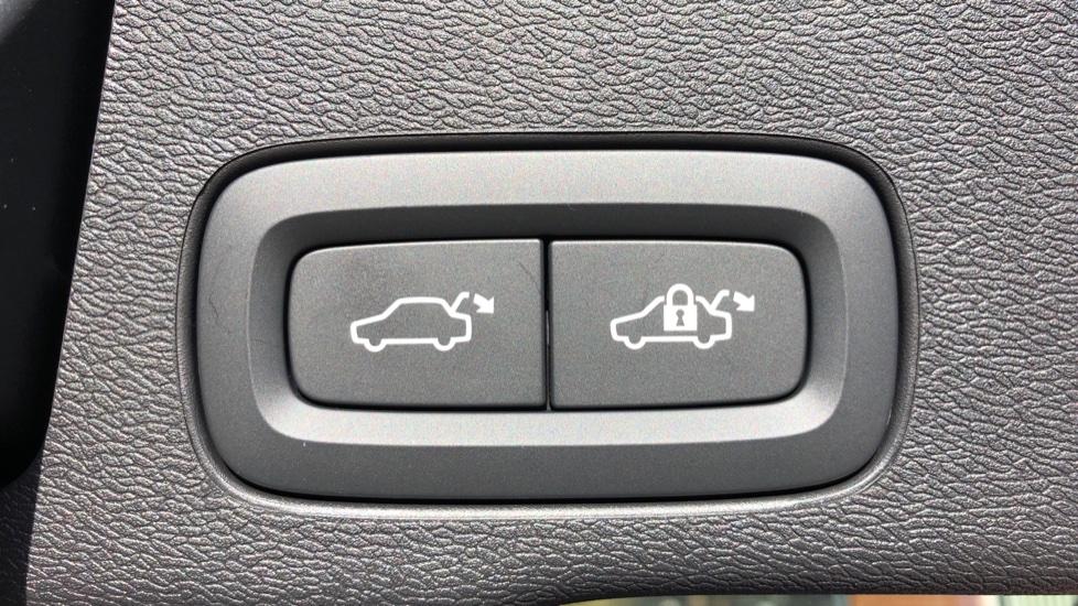 Volvo XC60 B5P Mild Hybrid R Design Pro Auto, Lounge Pack, Sunroof, 360 Camera, Wireless Phone Charging image 19