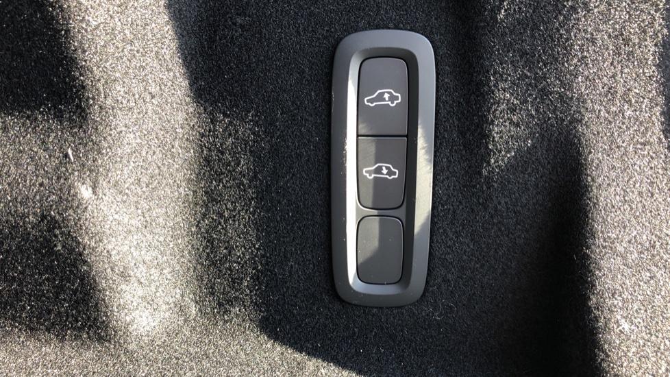 Volvo XC60 B5P Mild Hybrid R Design Pro Auto, Lounge Pack, Sunroof, 360 Camera, Wireless Phone Charging image 23