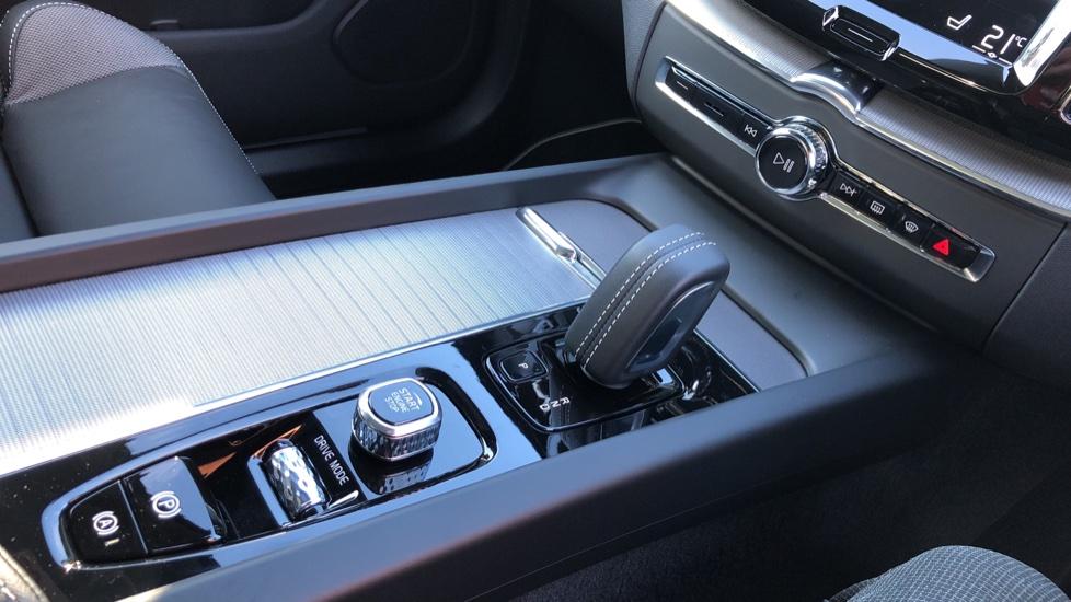 Volvo XC60 B5P Mild Hybrid R Design Pro Auto, Lounge Pack, Sunroof, 360 Camera, Wireless Phone Charging image 28
