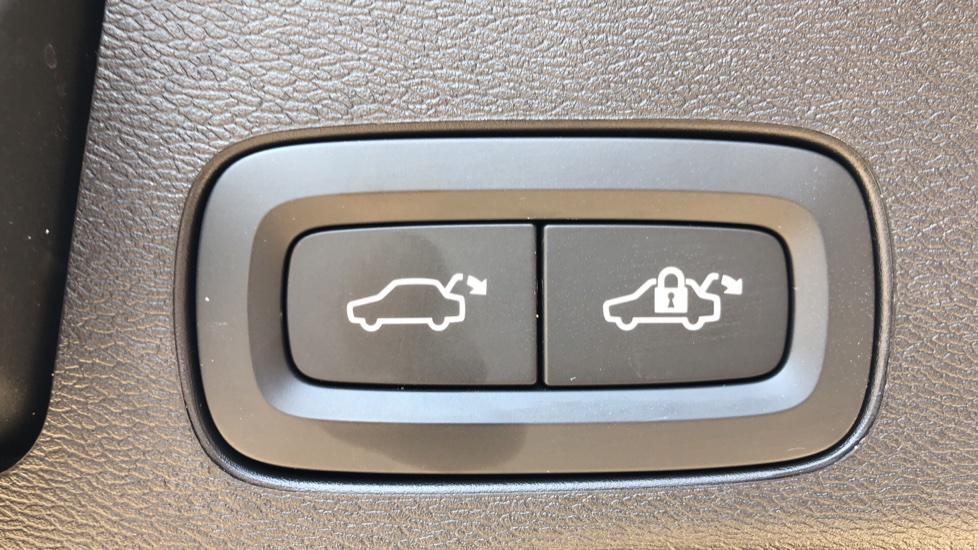 Volvo XC60 B4D Mild Hybrid R Design Pro AWD Auto, Sunroof, 360 Camera, Memory Seats, BLIS, Heated Screen image 33
