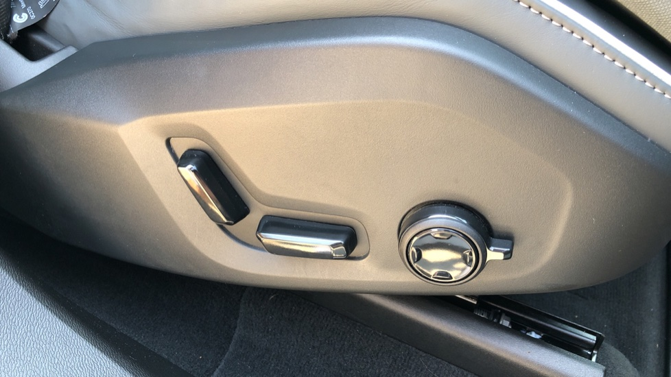 Volvo XC60 B4D Mild Hybrid R Design Pro AWD Auto, Sunroof, 360 Camera, Memory Seats, BLIS, Heated Screen image 17