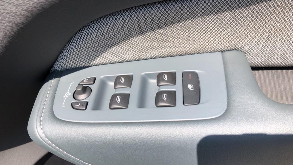 Volvo XC60 B4D Mild Hybrid R Design Pro AWD Auto, Sunroof, 360 Camera, Memory Seats, BLIS, Heated Screen image 38